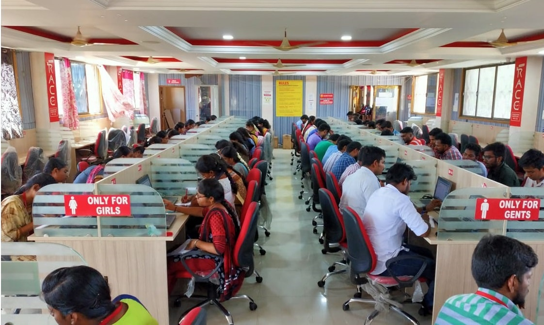 CANDIDATES PRACTICING FOR SBI CLERK PRELIMS EXAINAITON IN RACE INSTITUTE - VELLORE-BEST BANK SSC TNPSC EXAM COACHING IN INDIA (4)-min